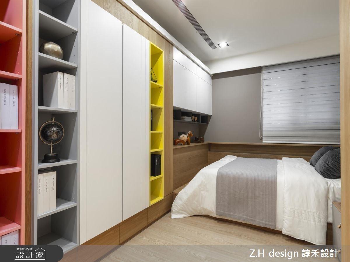 兒童房於櫃體帶入繽紛跳色,展現活潑童趣氛圍,並以淺木色鋪陳地面賦予溫馨感受。