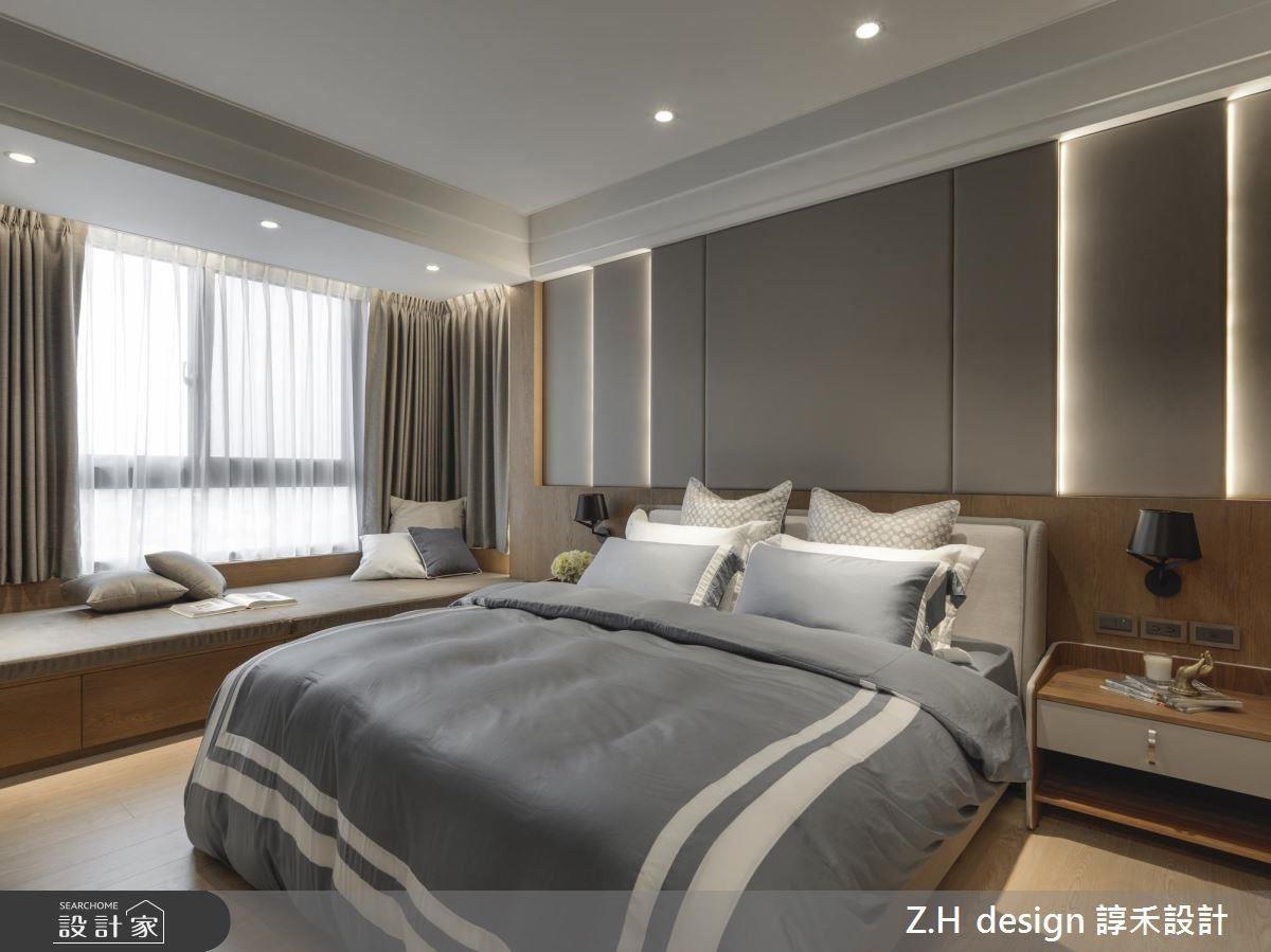 主臥床頭利用灰色繃布、燈帶線條營造視覺層次,櫃體則以深木色鋪設安定感受,創造有如飯店般的休憩高品質。