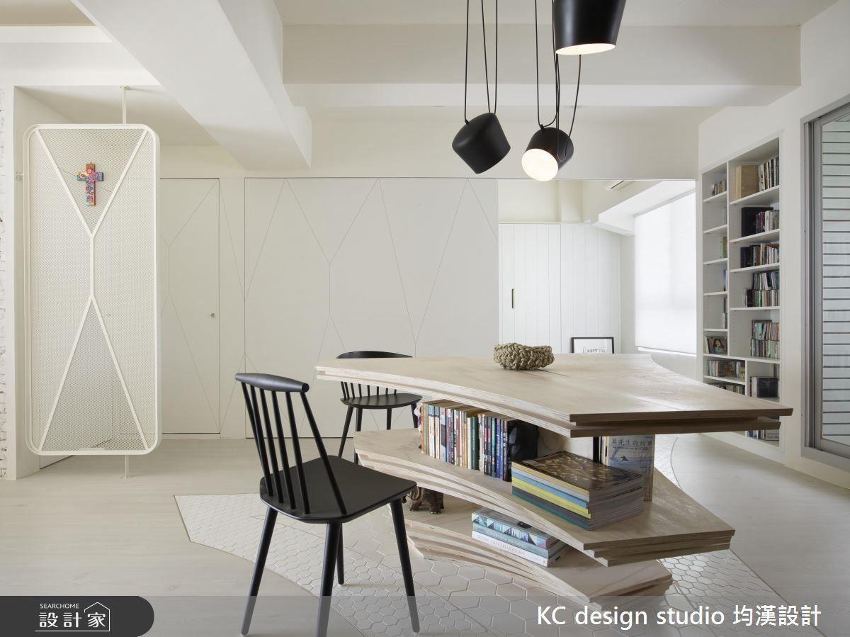 富有設計感的餐桌造型設計,連貫三個不同空間動線,成為空間中的獨特主角。