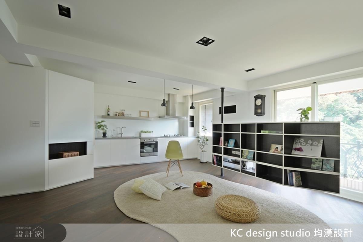 電視牆後方為一整面書櫃,也可做為平時的休閒閱讀區。