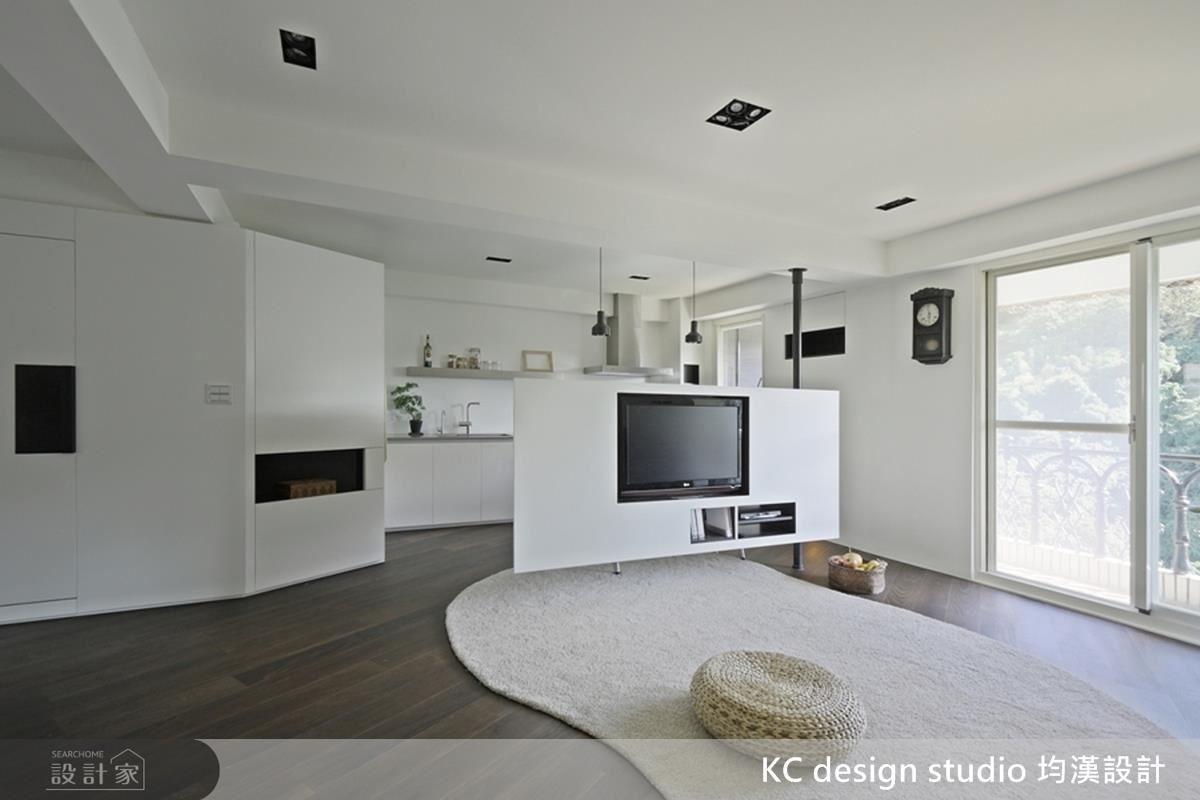 一道旋轉電視牆取代了制式的牆面設計,讓空間的使用更加靈活、多變。