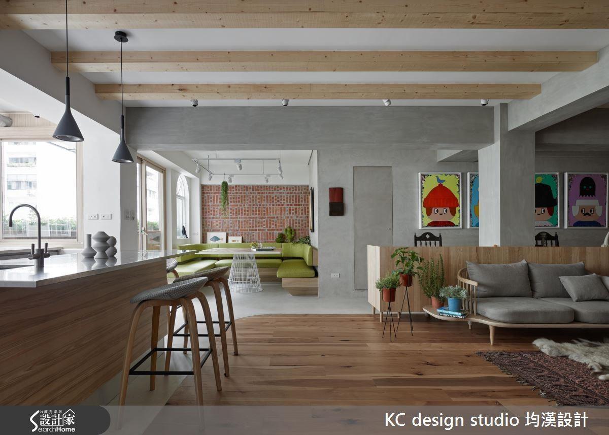 因應居住者的需求,設計師將最好的採光區留給廚房與餐廳。