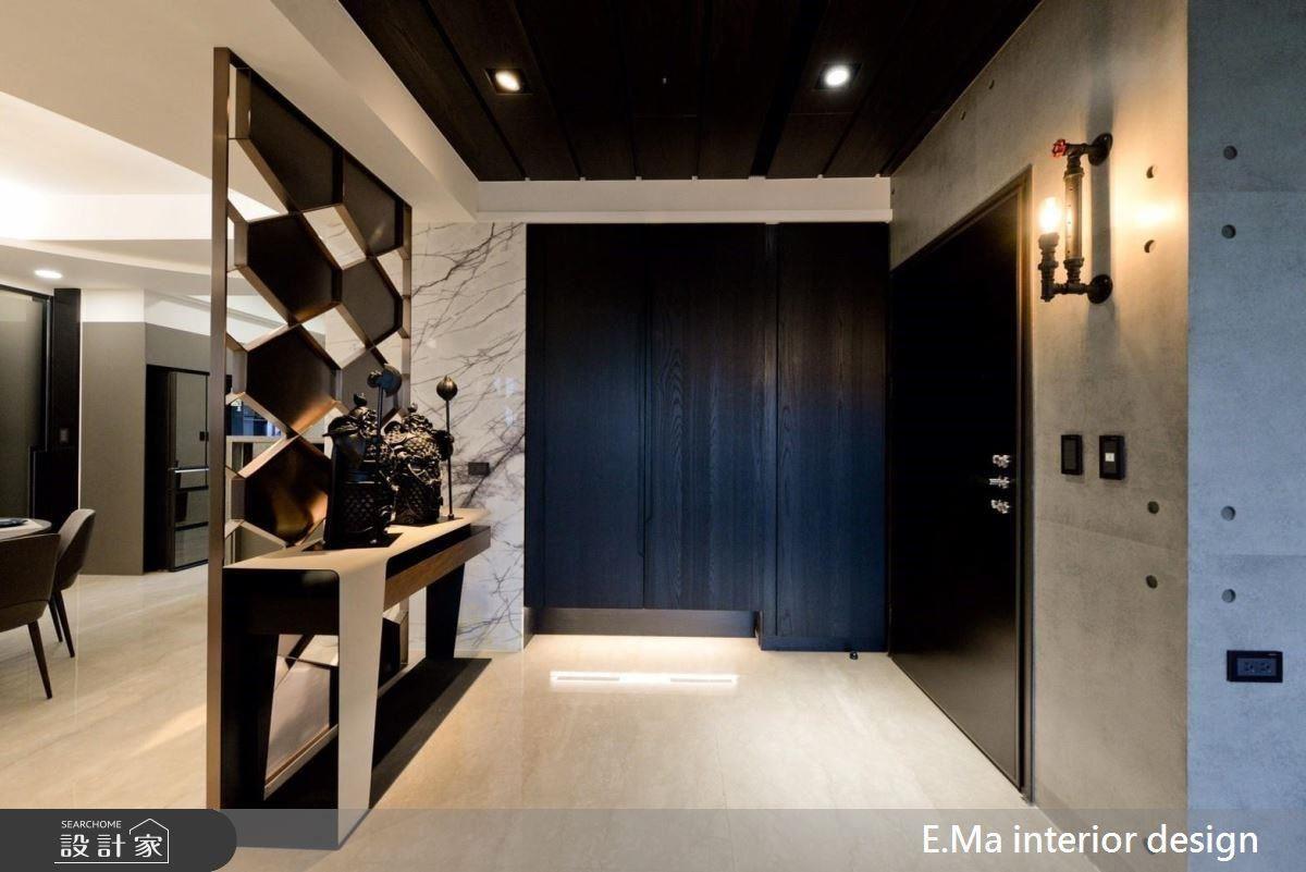 進門玄關以鐵件、木作及金屬打造出菱格紋造型屏風,成就一面居家端景。