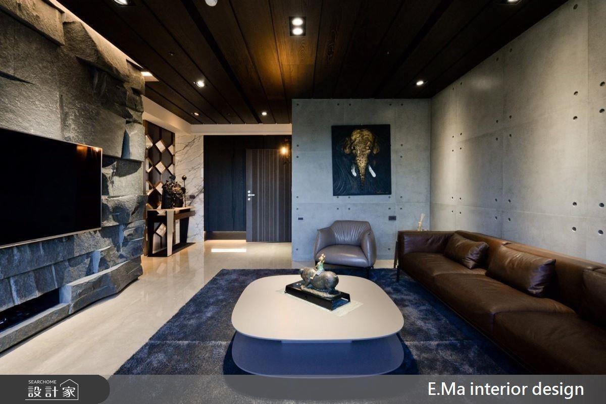 客廳沙發背牆使用清水模打造樸質感,電視牆則選用印度黑石皮,並藉凹凸形狀紋理帶出空間的粗獷層次美。
