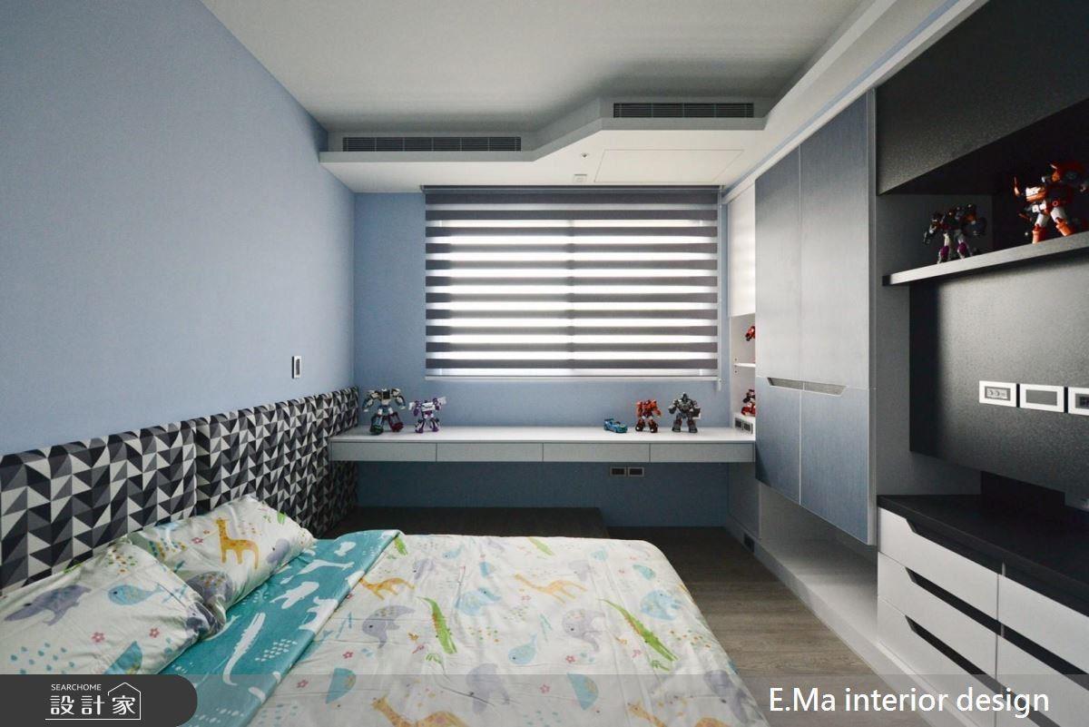 孩子房以淺藍色打底,床頭背牆利用黑、白、灰幾何圖形,使空間更加豐富活潑。