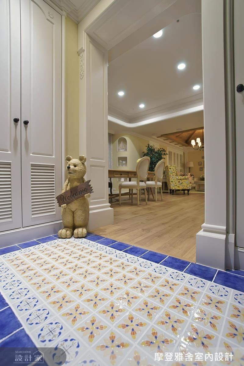玄關地磚以外圍優雅藍框住內緣溫暖小花,營造童趣可愛的居家感受。