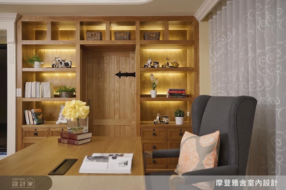 書房以溫潤木頭鋪陳鄉村古堡風味,並於展示櫃牆隱藏儲藏空間。