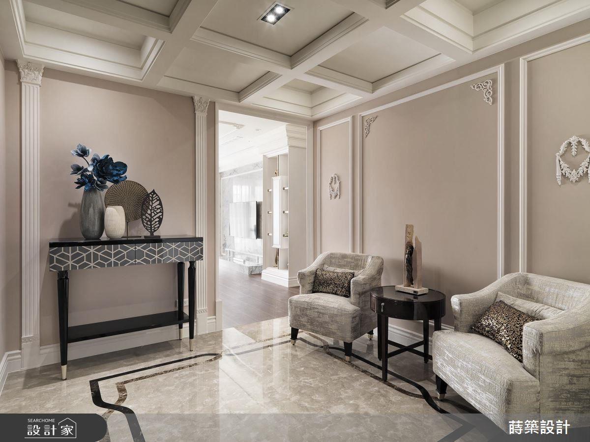 入門玄關,以女主人喜愛的素雅線板、典雅飾花作為壁面鋪陳。