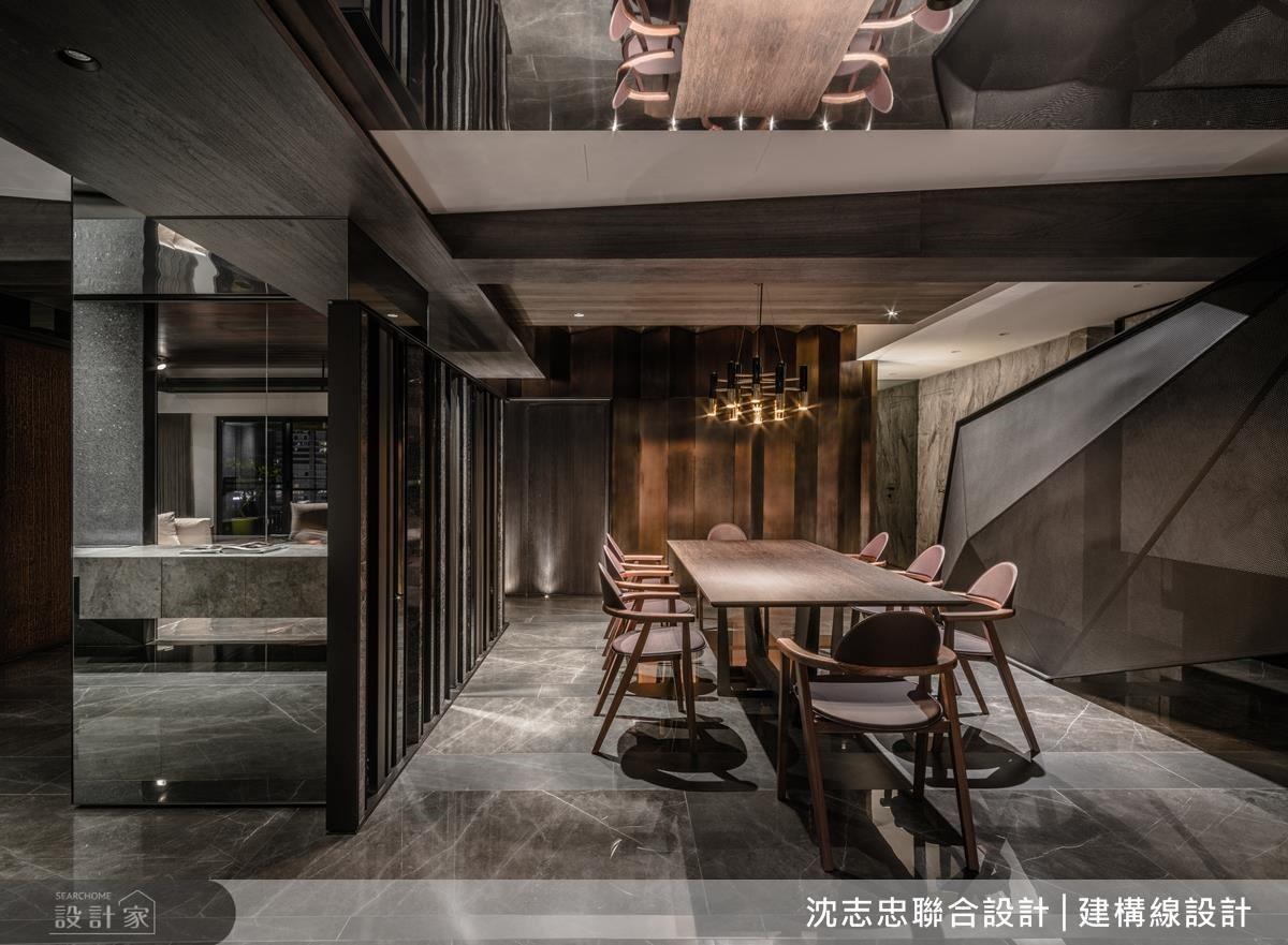 餐廳廊道壁面,採用鋁板藉由燈光的折射下,展現材質交錯面貌,而異材質的搭配徹底表達視覺衝突的設計美感。