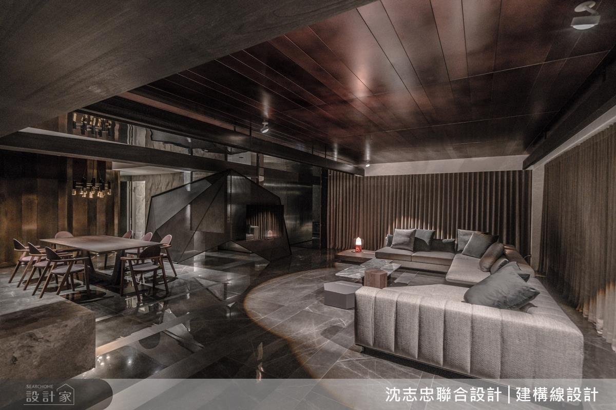 天花板使用鋁板與地坪相對接,讓兩側燈光折射效果更加明顯,同時電視牆運用網狀鐵件面板作為底襯,以幾何概念打造主視覺。