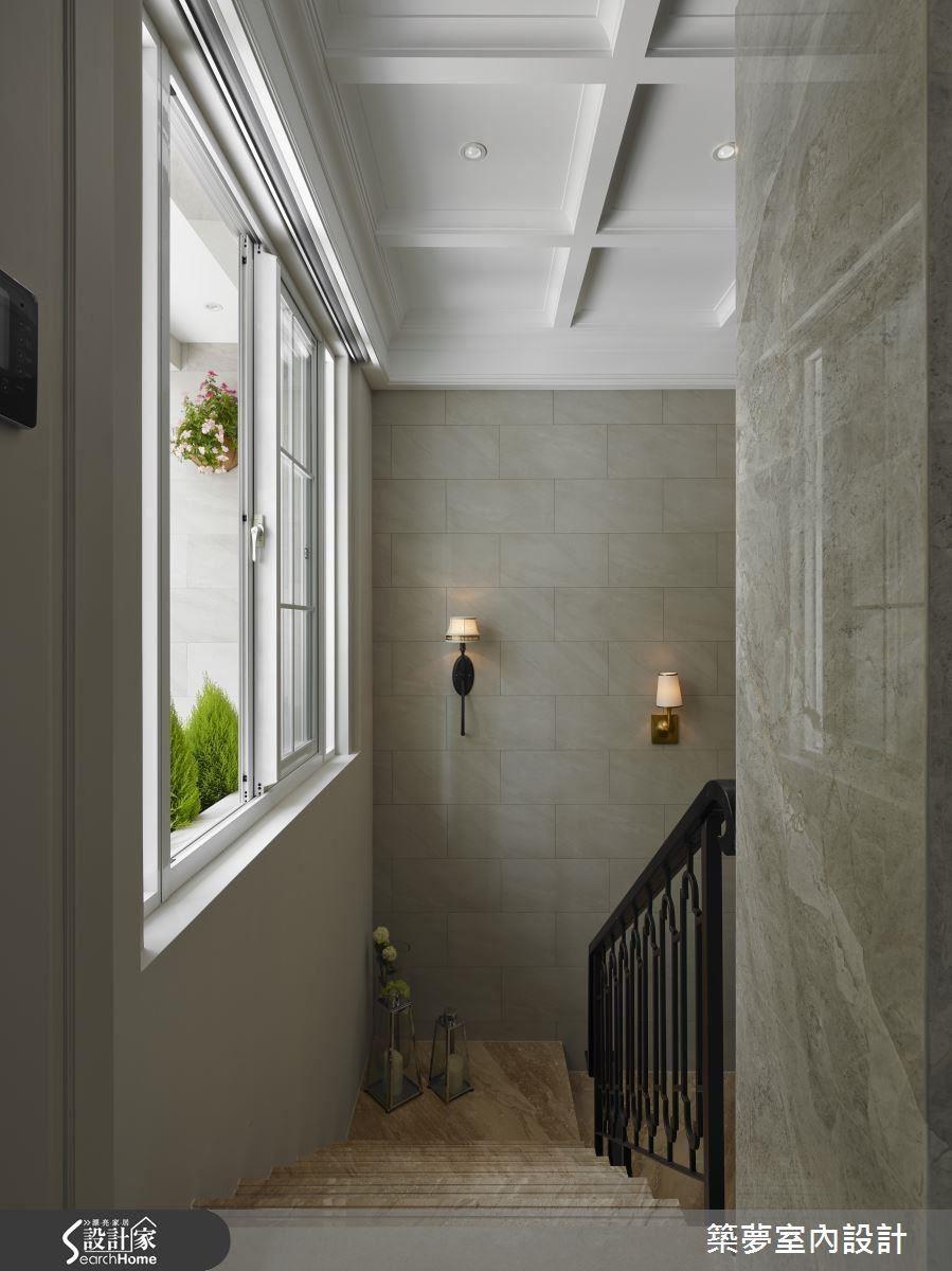 通往地下室的樓梯間,藉由壁磚的堆砌,以及典雅燈飾和雕花扶手的裝飾下,彷彿置身於歐風古堡之中。