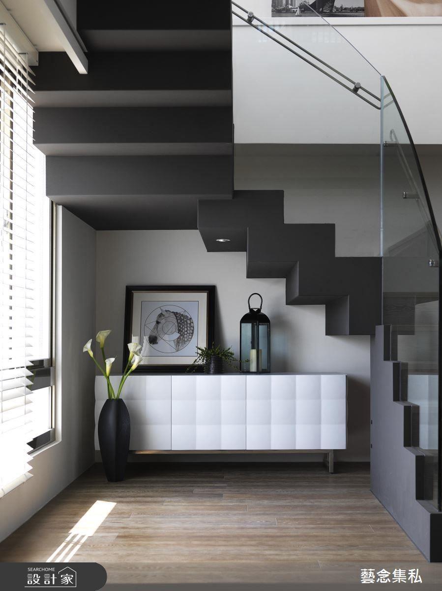 利用樓梯下空間,擺置櫃體,同時也成為家中的一道端景。