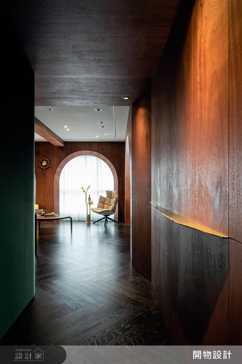 刻意保留玄關廊道,利用木皮跟絨布鋪敘出彷彿走在船艙廊道裡的深切感受。