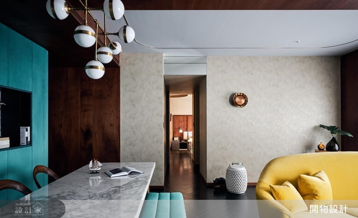 打掉格局,圍塑聚會空間,以輕薄的壁紙減輕壓迫感,並為空間營造金屬般的精緻韻味。