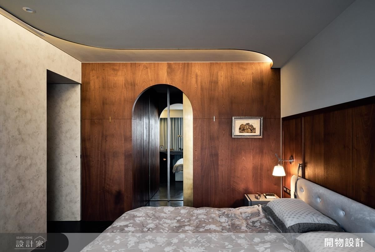 臥延續公領域設計語彙,利用線條與材料的關係,結合鐵件復古、木皮呈現英式底蘊,天花板流線型收邊,傳遞空間韻律感。