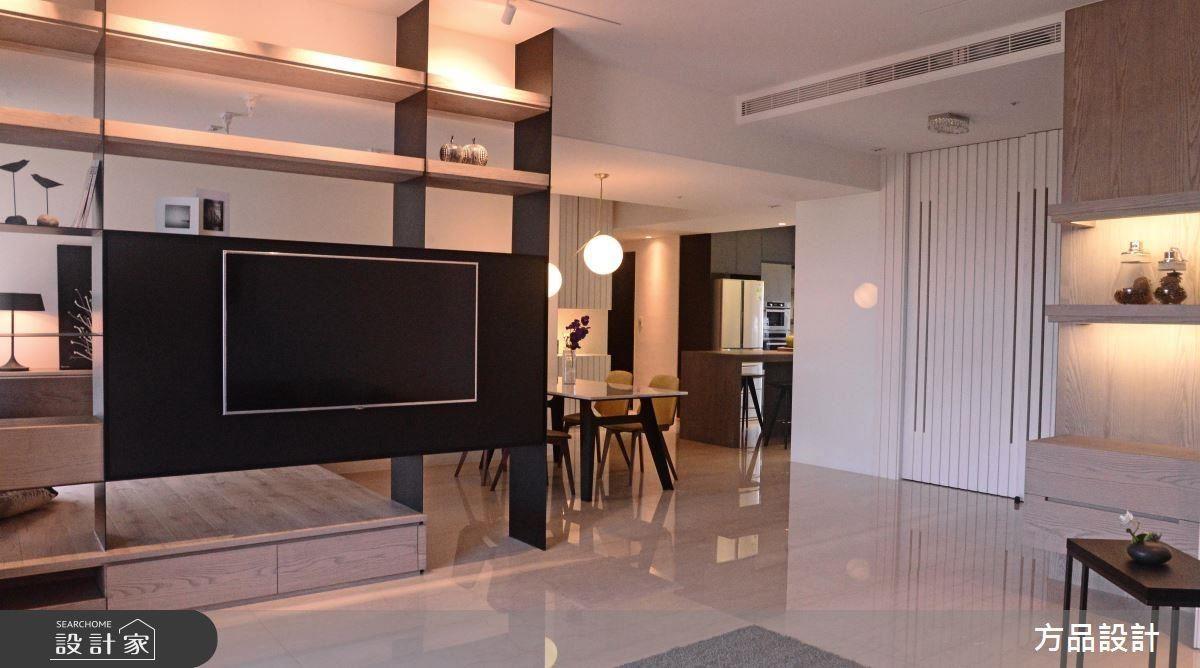 將電視牆做機能性規劃,層架可做為展示與收納,同時具有空間區隔的功能