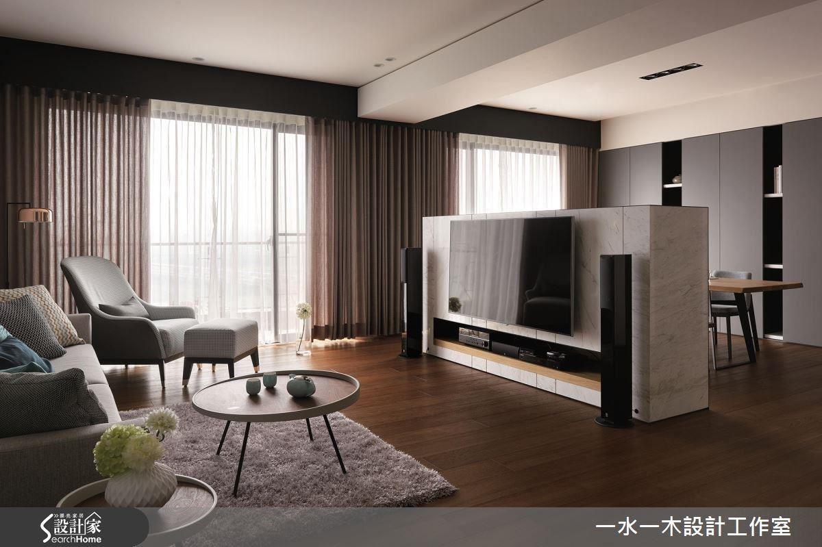 低矮的電視牆,將空間一分為二,同時讓客廳與餐廳兩個區域保有視覺上的連通。