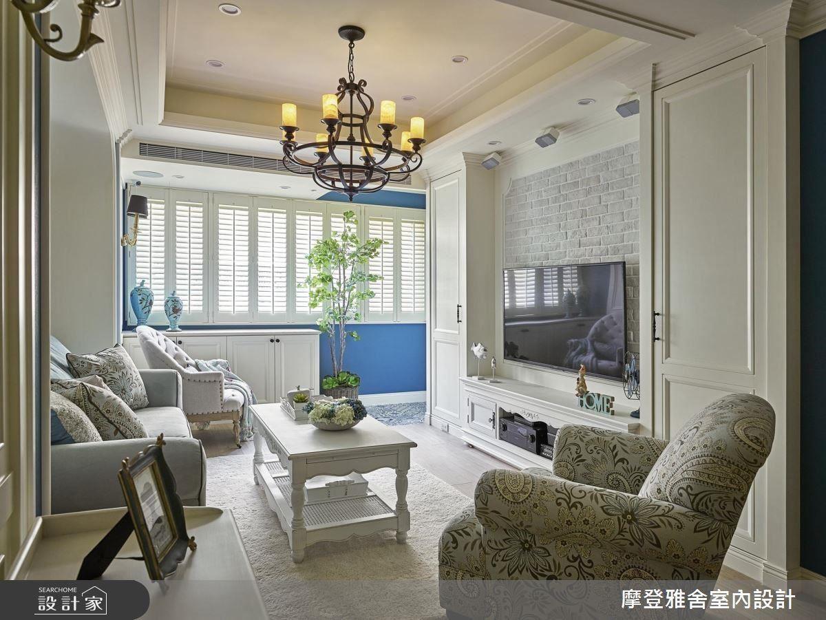 鄉村風的白色櫃體在較小空間裡顯得輕盈,搭配灰色文化石讓空間多了些變化。