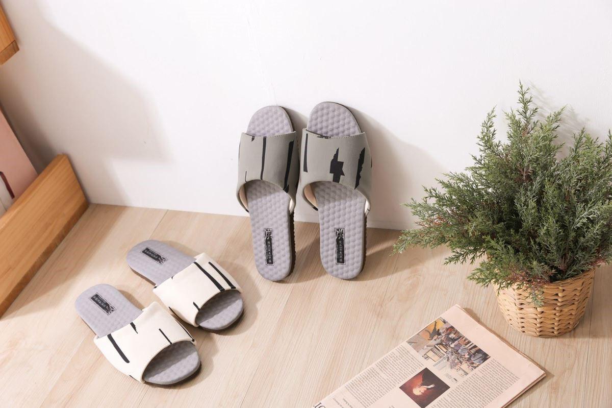 鞋底結合天然乳膠墊,親膚回彈又能釋放腳步壓力。