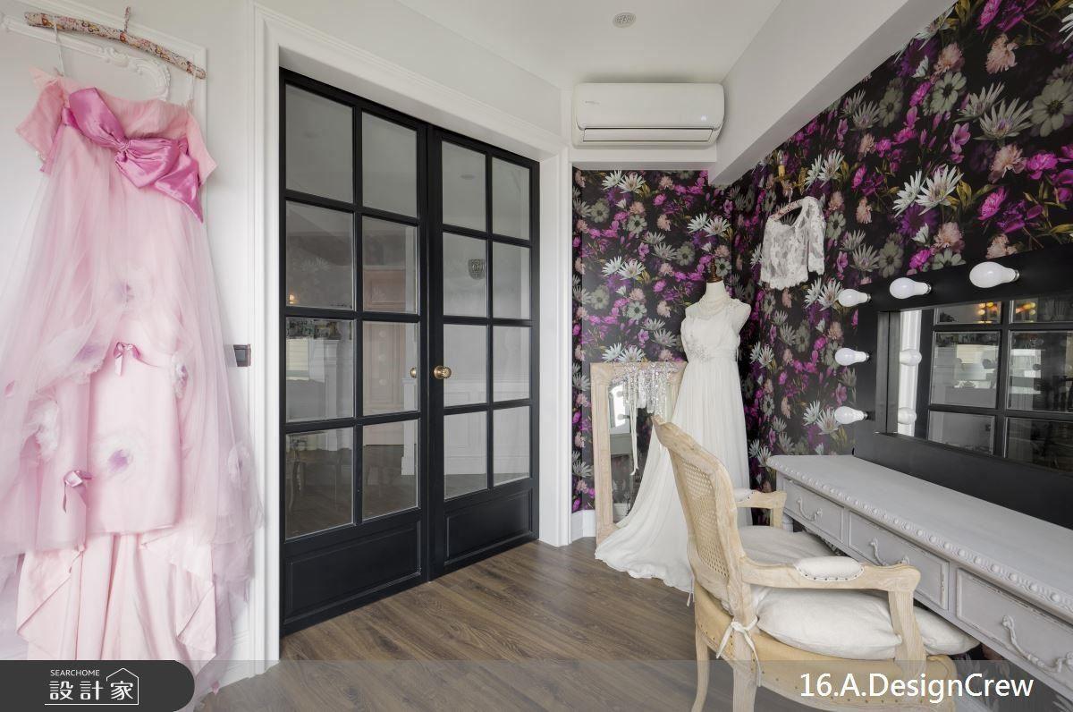 工作室以玻璃雙開門導入採光,並可利用牆面空間陳設作品。