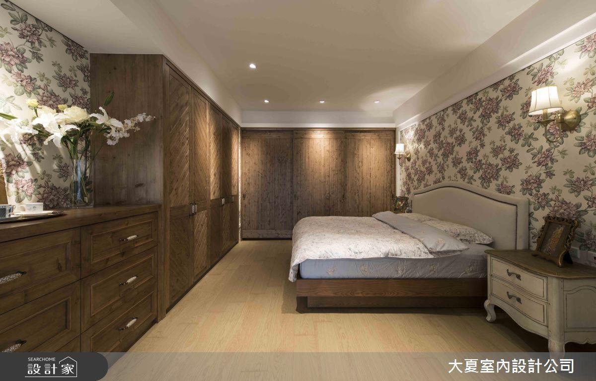 主臥房礙於空間限制,利用L型衣櫃取代更衣室,反而有放大空間之效果,再藉由木皮染色的木板斑駁,讓復古韻味瀰漫在空間裡。