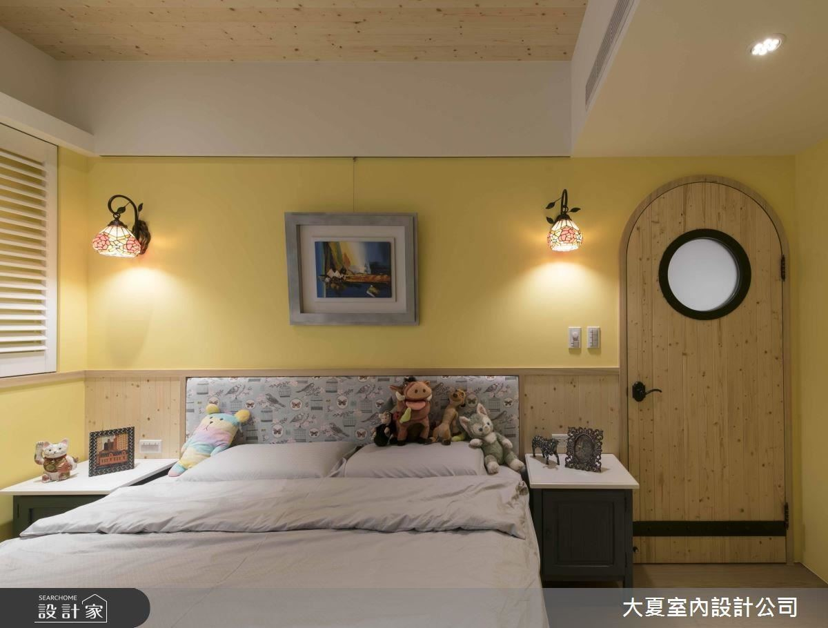 次臥以黃色為基底,結合床頭背牆彩繪玻璃壁燈,展現女兒的浪漫情懷。