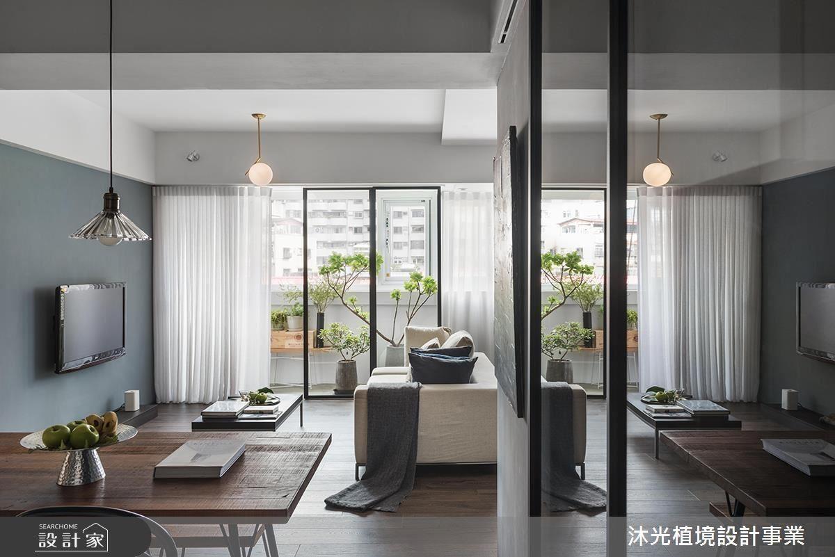 由餐廳、開放式廚房、起居室與書房所構築的公共空間一氣呵成,呼應設計師「動線即空間」的理念,型塑機能重心。