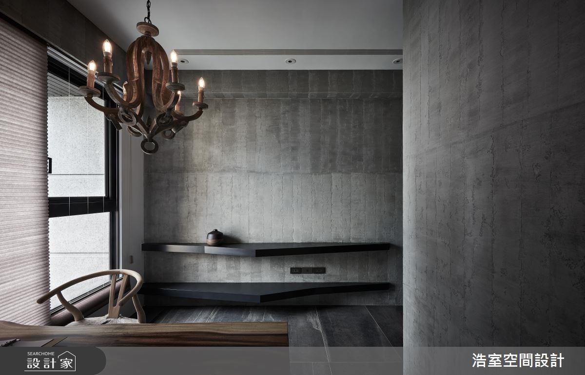 誰說層板一定要方正?將層板做出斜切的造型,原本樸實的牆面立刻活潑了起來。