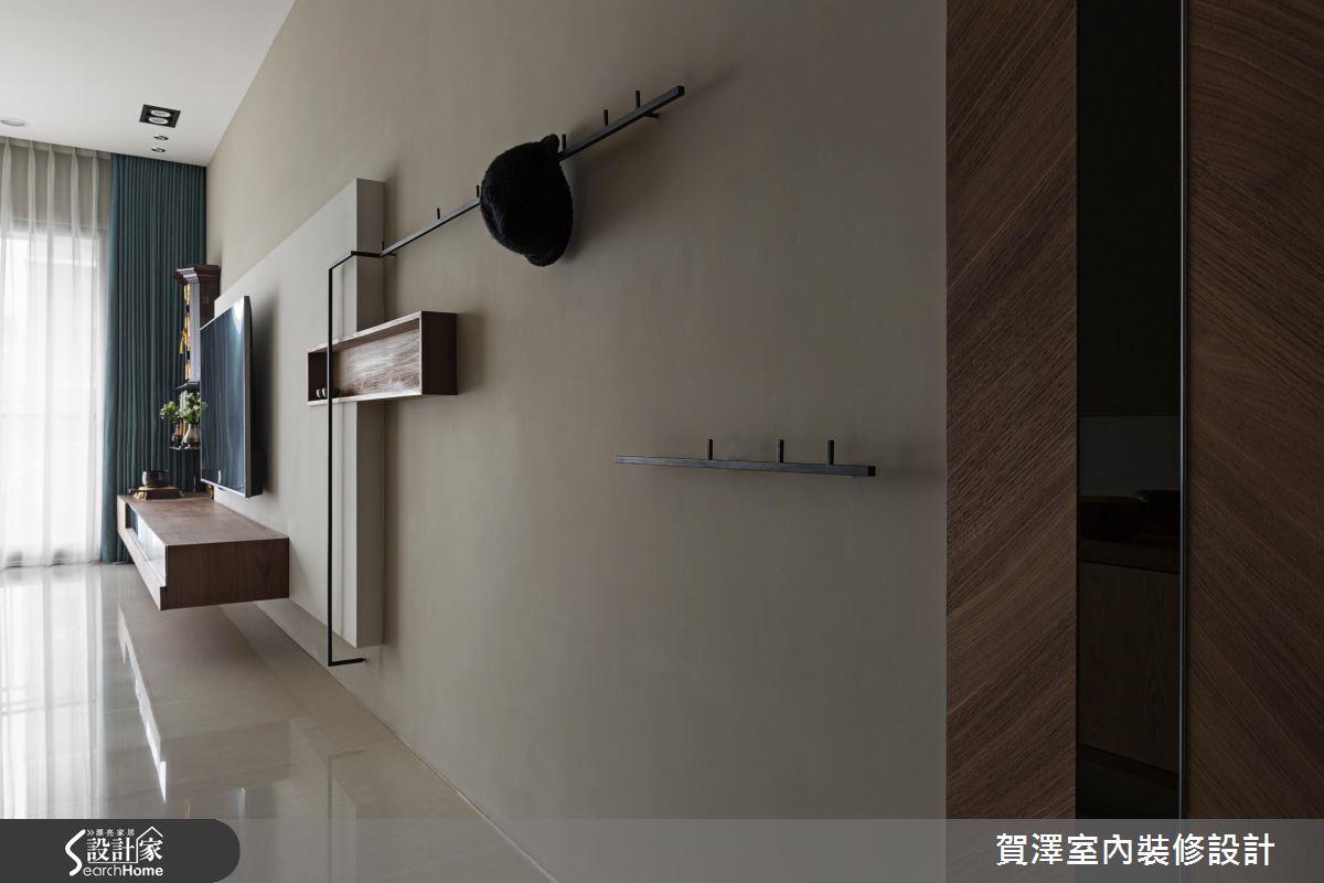 屋內玄關處,運用造型鐵件做出的簡易衣帽架,加上一個框形的層架還能收納鑰匙等隨身物品。