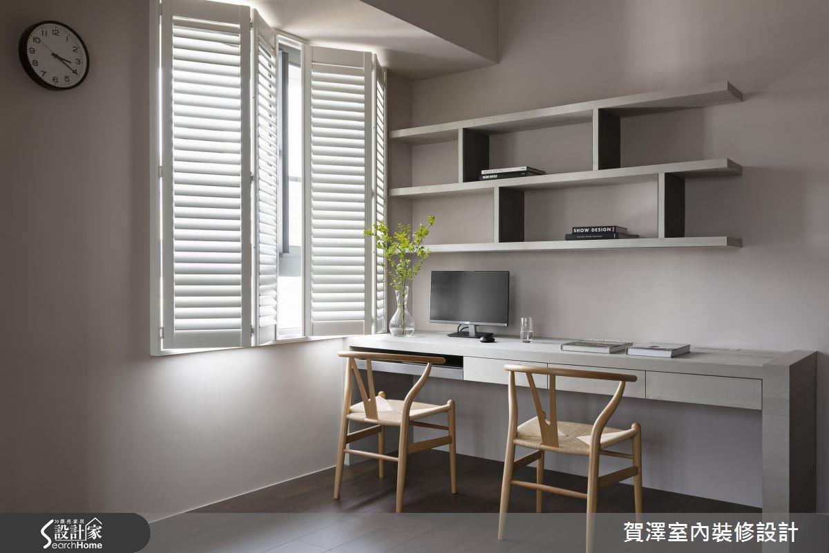 臥房內空間較侷促,直接在書桌上方規劃層板,即可收納圖書或其他物品。