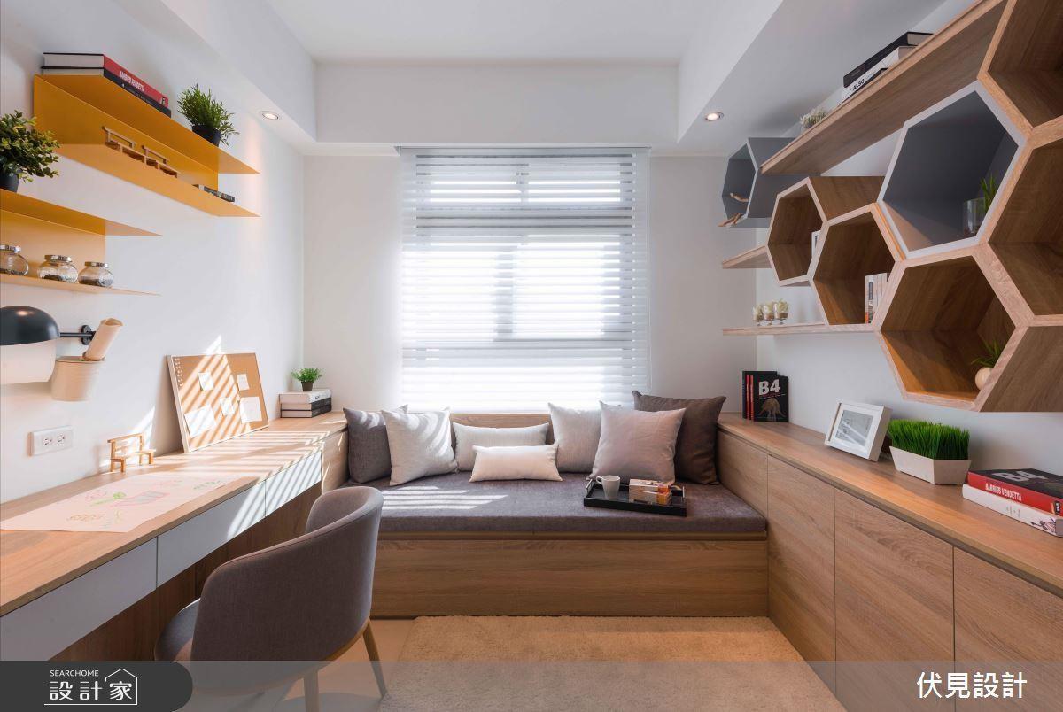 色彩鮮艷的鐵件層架、固定在牆面上的蜂巢狀的木質櫃體,運用在空間較小的臥房內,減少櫃體笨重的壓迫感,利用線條、造型的變化與色彩的搭配,營造一個非常舒服的私人空間。
