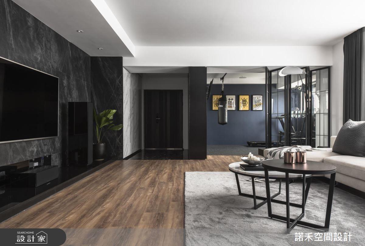 多功能健身房以藍色做為跳色,成為客廳趣味端景。