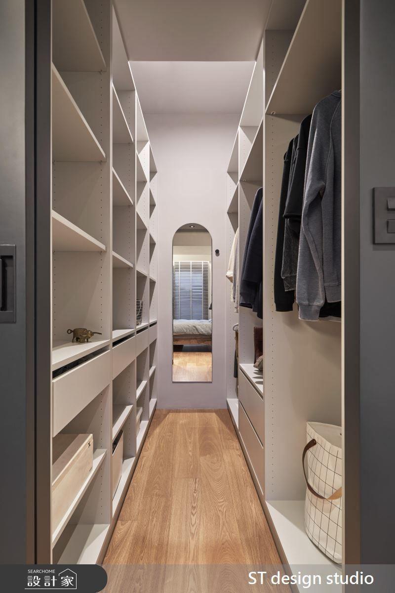 主臥設計回歸簡單舒適,以滑門隱藏更衣空間,並利用兩側格櫃滿足衣物置放量。