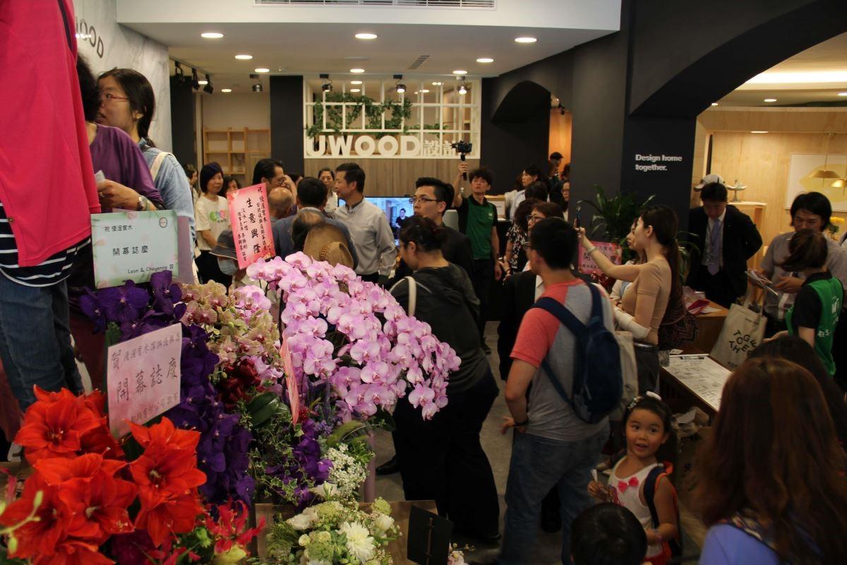 開幕當天湧入大量人潮,一同感染新店開幕的喜悅。