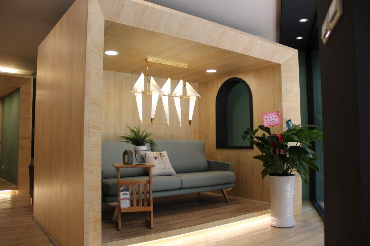 室內特別營造出歐洲街景櫥窗般的精品展示空間。