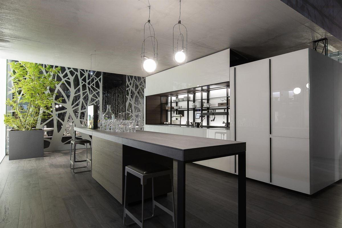 今年廚具設計主流,從開放式廚房進階到全居家生活概念,讓廚房不只是廚房,而是生活重心。品牌:Valcucine