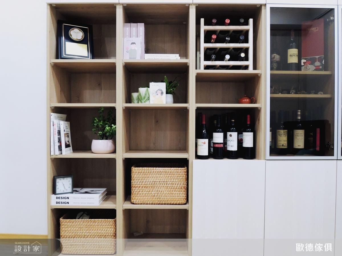書櫃旁打造酒櫃,讓屋主收到的佳釀能夠被珍藏。