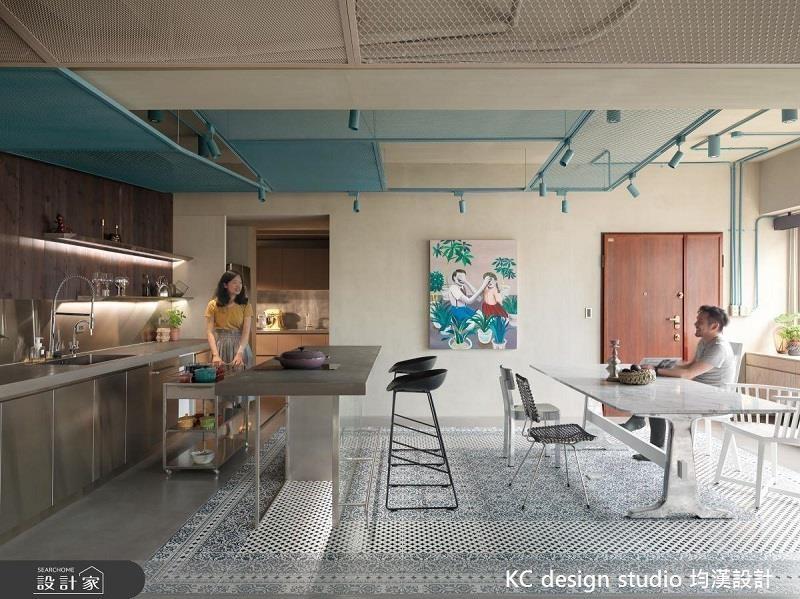 移動式餐車層架可以擺置常用鍋碗或醬料,有需求時還可以位移到用餐區!>>看完整圖庫