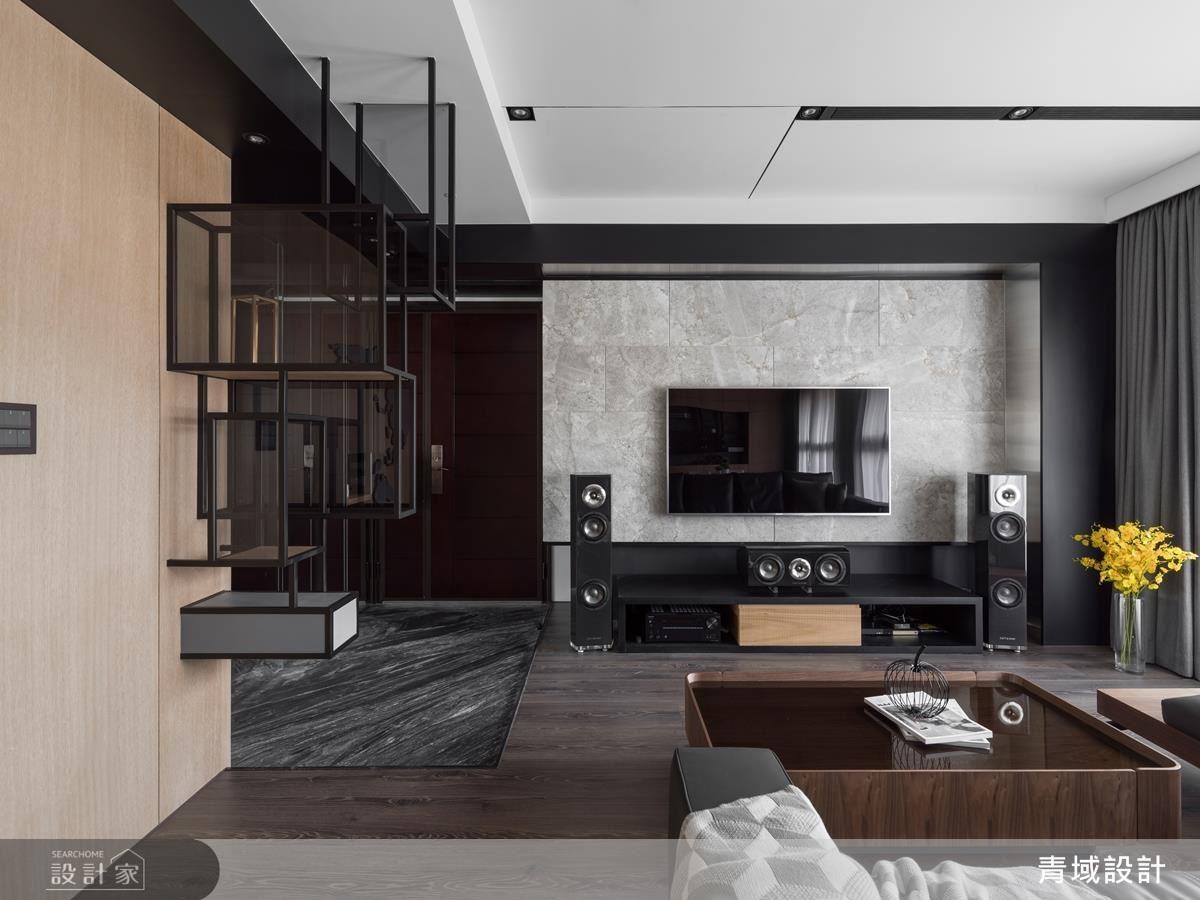 玄關以鐵件勾勒出屏風,用漸層的手法延伸到天花板,讓空間不壓迫,並且維持空間穿透性。