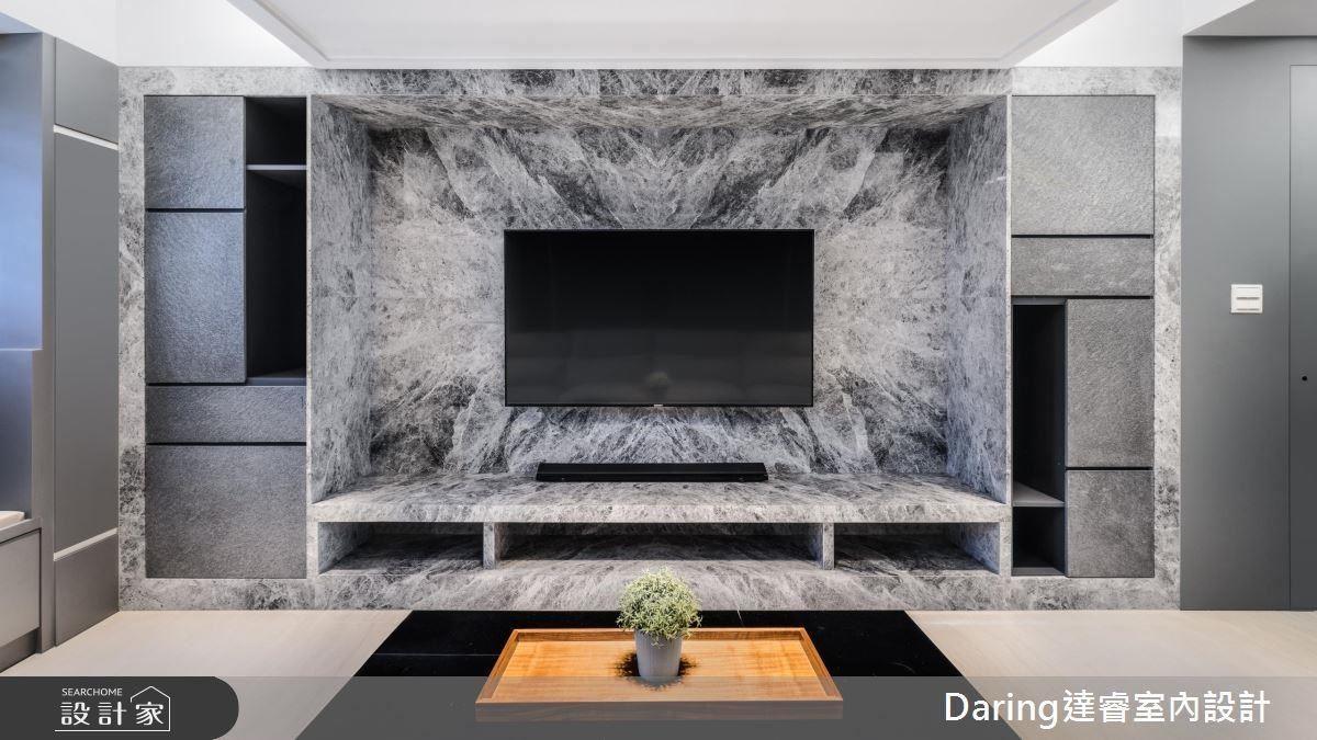 為了延伸電視牆視覺性,刻意在牆的兩側增加收納櫃,並採用不同石材堆疊層次感,彰顯公領域的氣度。