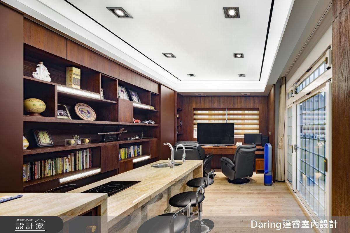 書房除了是男主人辦公場域,同時也是招待間,設置中島結合酒櫃,成為另一個休憩角落。
