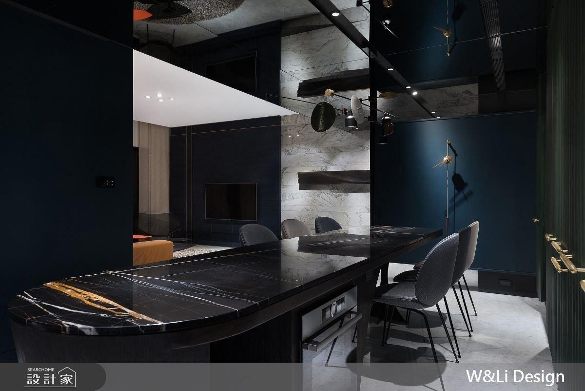 餐廳藉由中島檯面的拉長,增加下方空間的收納機能,並以深色石材、鐵件及木質結合成就空間的視覺焦點。
