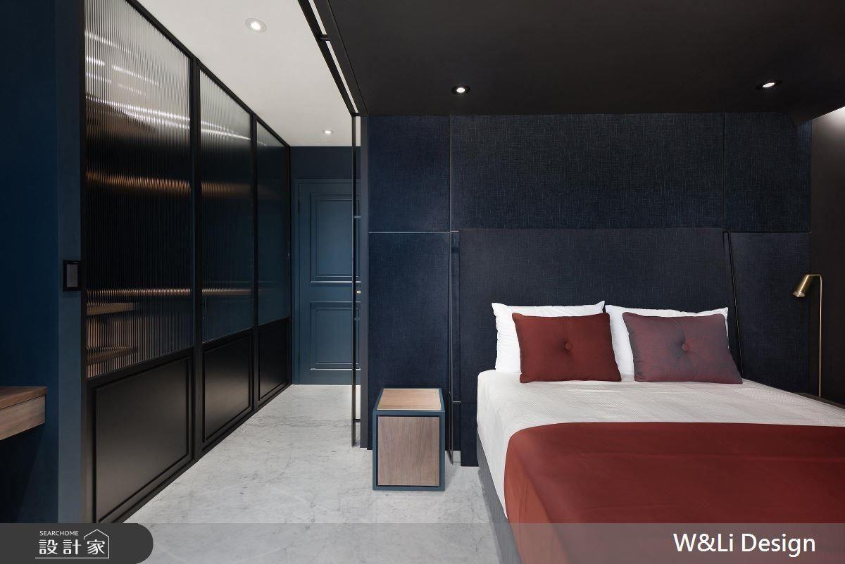 主臥以金屬打造獨特床板設計,在線條的分割下凸顯空間層次,並以鐵件、條紋玻璃拼搭櫃體滿足屋主收納量。