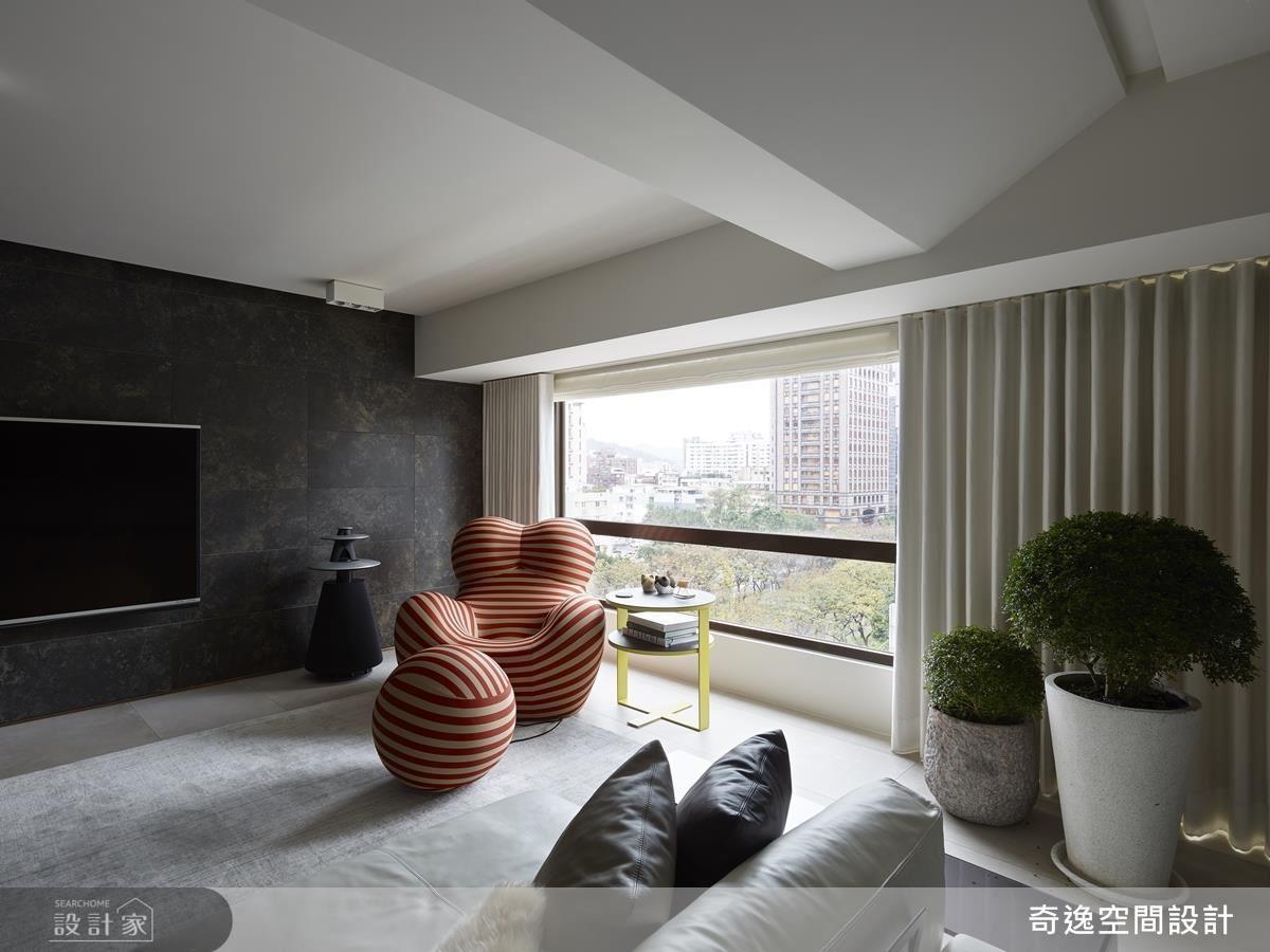 30 年的華廈住宅地理位置非常好,客廳 180 度轉向後,林蔭大道的景色盡收眼底。