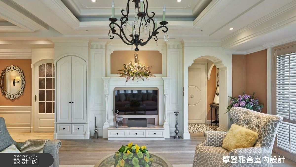 經典壁爐電視牆,輔以兩側柔美柱頭線條,柔化空間氣息。