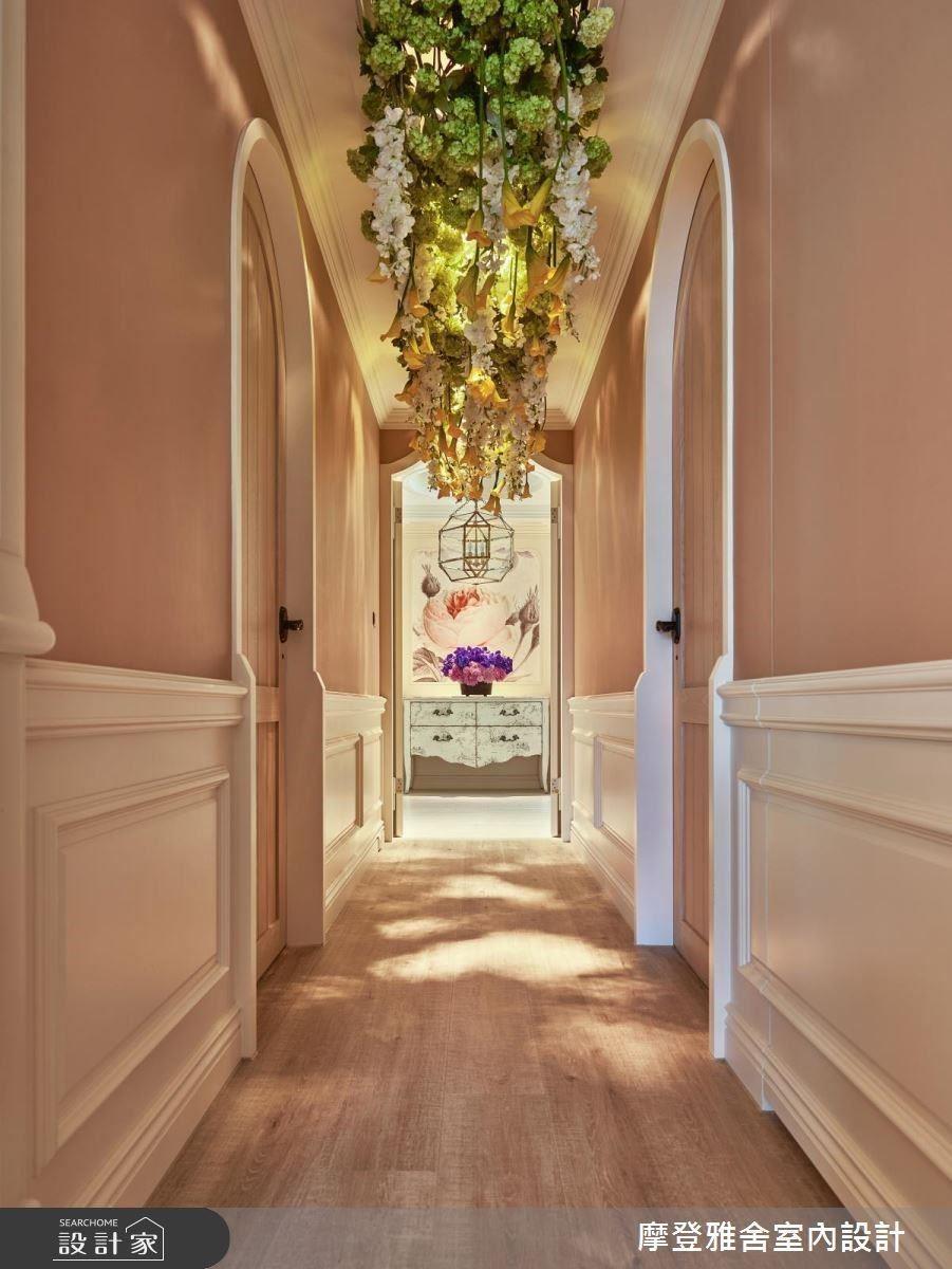 走入花廊般隧道,通往各式迷人臥房空間。