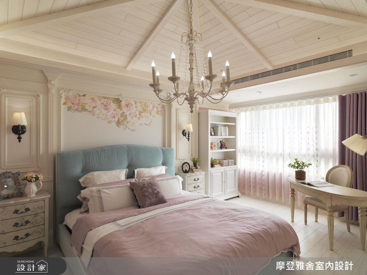 手繪花海床頭壁面、小木屋般的斜屋頂設計,仿若來到南法度假玫瑰小鎮。