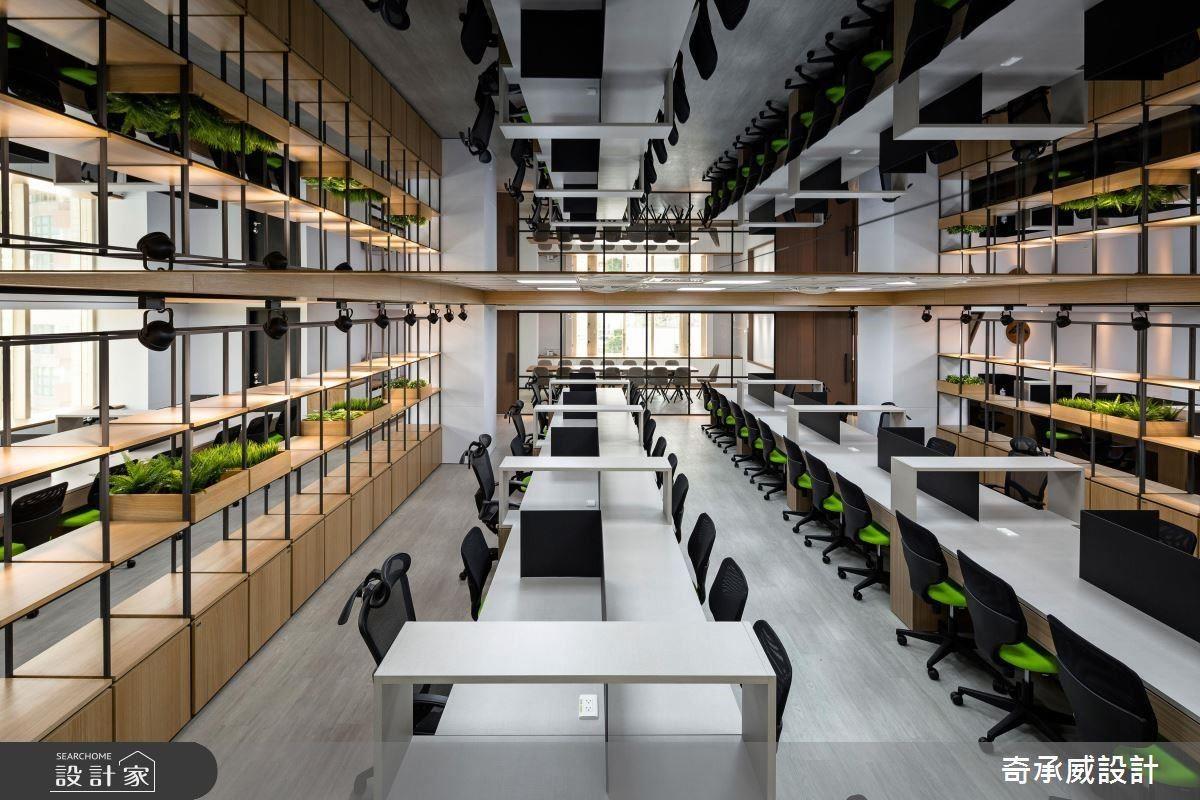 為滿足眾多座位需求,以鏡面天花及穿透材質創造空間開闊感。