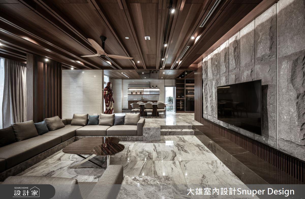 選用不同紋路的各式磁磚搭配木作,在灰階與深木色中以亮面米白洞石牆面豐盈色彩,襯托出沉穩又不失明亮溫暖的氛圍。
