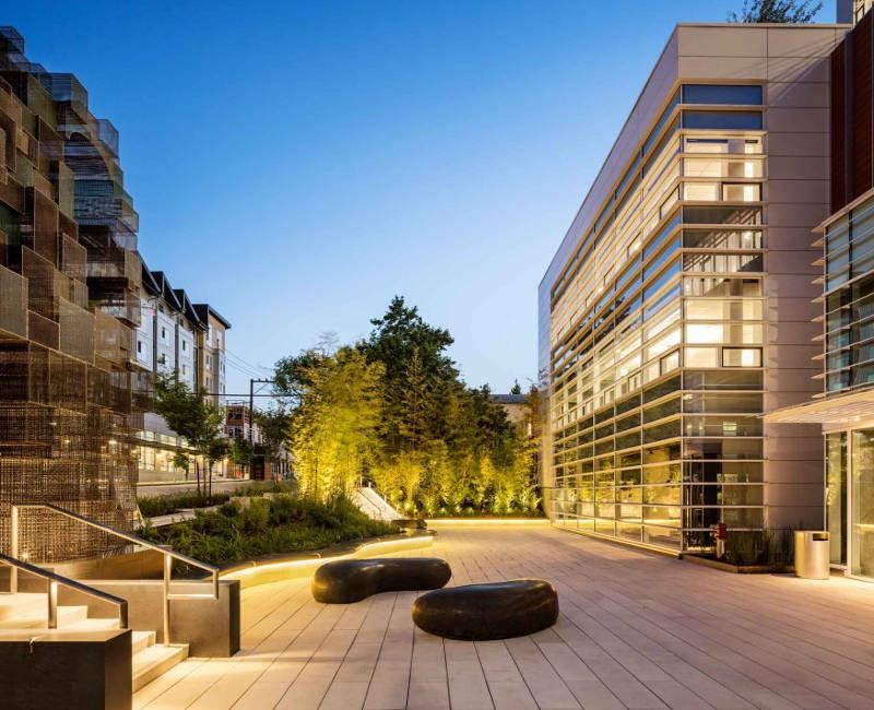 Amazon 位於西雅圖的辦公室設有室內和室外空間,呈現出社區形式。>>看完整文章